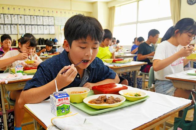 栃木市立栃木第五小学校の給食に、市内産和牛のサイコロステーキが登場した=2020年9月10日午後0時18分、栃木県栃木市薗部町、根岸敦生撮影