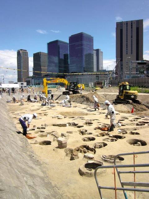 おびただしい埋葬人骨が見つかった梅田墓=大阪市北区