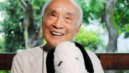 スヌーピーのぬいぐるみを抱く谷川俊太郎さん