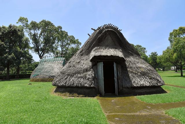 橋牟礼川遺跡に復元された、奈良時代の隼人と呼ばれた人々の集落=鹿児島県指宿市