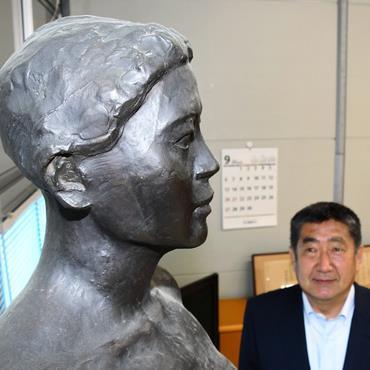 アート県、校長室も美術館 見上げればロダン弟子の彫刻