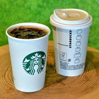 スタバが冷たい飲料に紙カップ 結露を克服、プラ削減へ