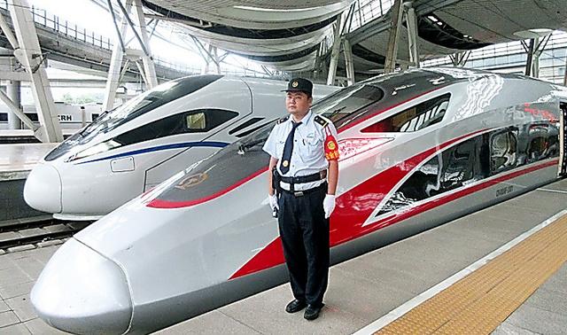 中国製高速車両・復興号(手前)。2017年、習近平政権のスローガン「中華民族の偉大なる復興」から名付けられた。隣は胡錦濤・前政権のスローガンを背負う「和諧号」=2017年7月、中国・北京南駅、吉岡桂子撮影