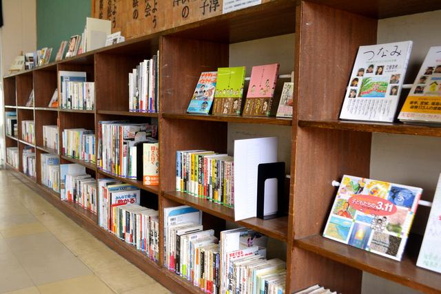 寄贈された震災本が並ぶ棚の一部=仙台市若林区の震災遺構・荒浜小学校