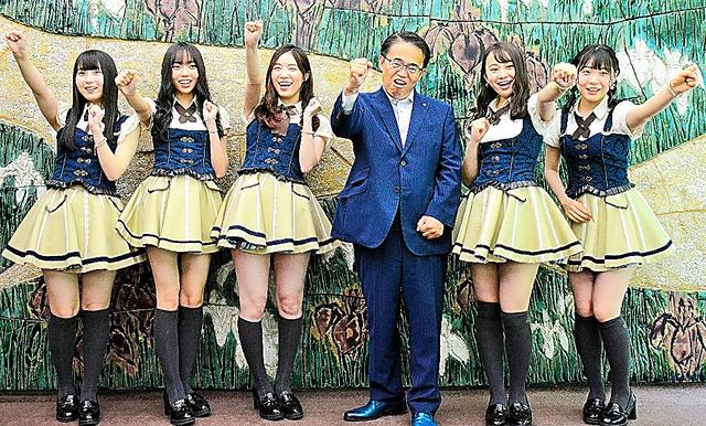 「あいち広報大使」を務めるSKE48のメンバー。大村秀章県知事と=2019年、名古屋市