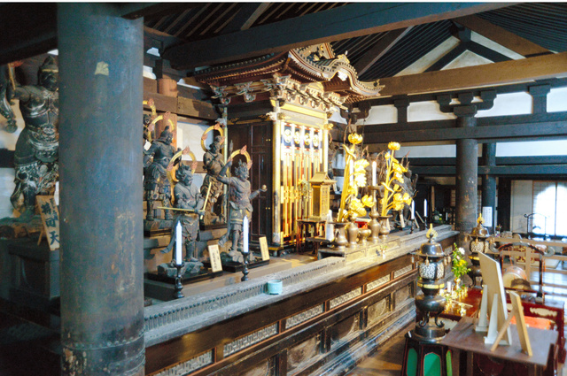 西明寺本堂の内部。須弥壇の両側にある柱から菩薩像の絵が見つかった=安嶋紀昭さん・高間由香里さん提供