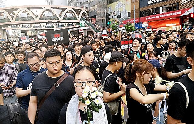 いつもはトラム(路面電車)が走る道路を埋めたデモ参加者=2019年6月、香港島、吉岡桂子撮影