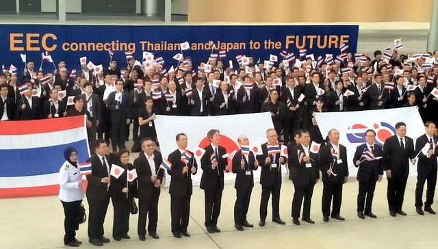 約600人にのぼる日本経済界の訪問団はタイ政府が開発に力をいれる東部経済回廊(EEC)も視察した=2017年9月13日、タイ・ウタパオ空港、吉岡桂子撮影