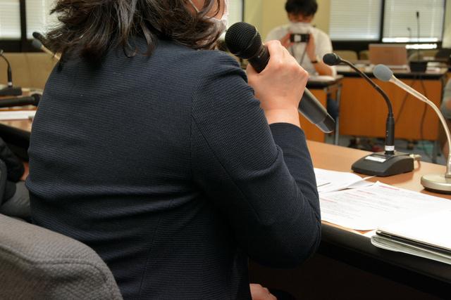 ワタミで働く女性は、記者会見で労働環境の是正を求めた=2020年10月2日午後、東京・霞が関の厚生労働省