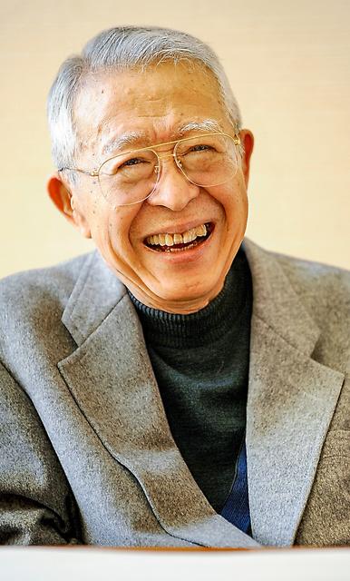 35年間率いてきたサントリー文化財団を退く際の取材に答える山崎正和さん。記事が出たら「私の墓碑銘ですな」と電話があった=2014年