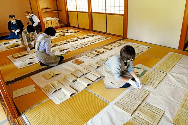 書院の広間に本を並べ、1冊ずつ状態を確認した=2020年10月7日午前10時17分、栃木県足利市昌平町、根岸敦生撮影