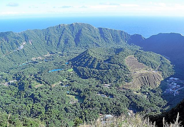 東京都青ケ島村の人口は170人ほど。フェリーの就航率が5割を切る行きにくい島としても知られる