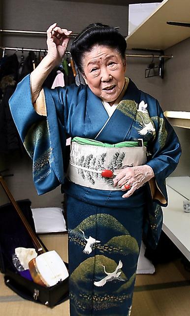 サンゴのかんざしを愛用していた内海桂子さん。後ろに見えるのは長年愛用した三味線=2010年、東京・浅草の東洋館