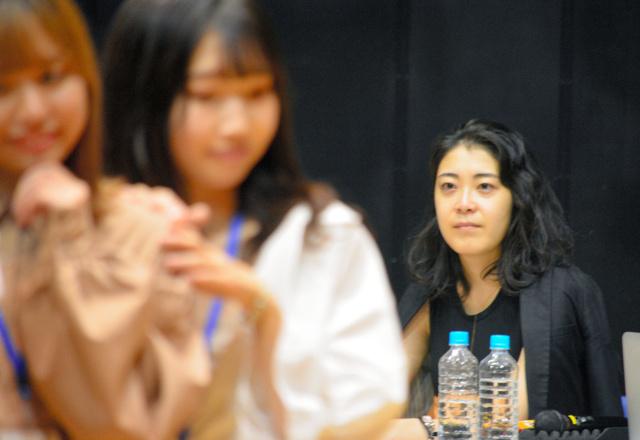 松橋穂波さん(右)。ファッションショーのリハーサルで=仙台市青葉区