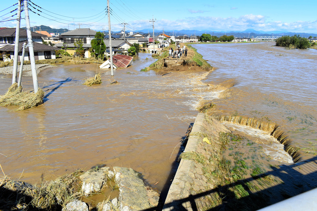 海陸橋上流の右岸が決壊した秋山川(2019年10月13日午前9時34分、栃木県佐野市赤坂町、佐野市提供)