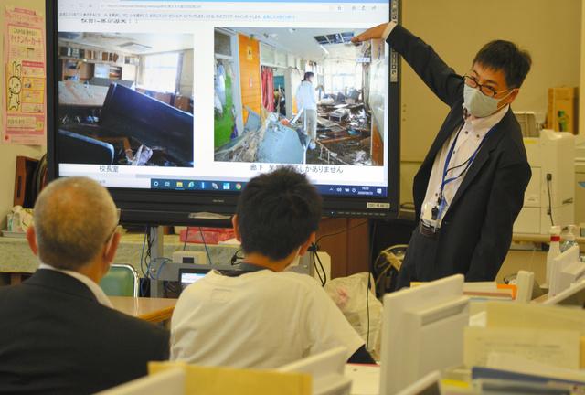 同僚の前で震災時の体験を話す佐久間健悦先生(右)=2020年9月25日午後4時13分、宮城県石巻市の鹿又小学校、石橋英昭撮影