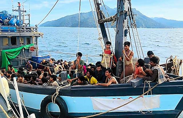 マレーシア政府が同国沖で拘束したロヒンギャとみられる約200人を乗せた船。4月5日に発表した=マレーシア海上法令執行庁のフェイスブックから