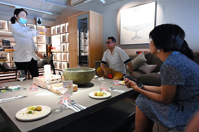 県産のかんきつ類を使ったデザートを説明するパティシエのジャニス・ウォンさん(左)=シンガポールで、西村宏治撮影