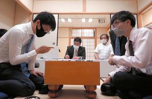 対局室に解説音声が… 囲碁新人王戦、勝敗には影響せず