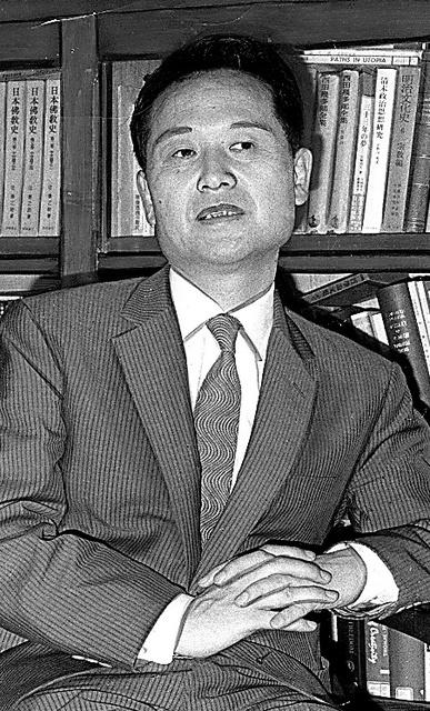 「義理と人情」を出したころの源了圓さん。「もっといろいろな角度からの日本文化論が出てよいはず」と話していた=1969年