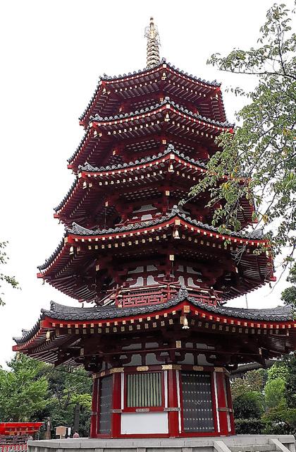 川崎大師平間寺境内にそびえる八角五重塔の高さは31・5メートル。屋根の八角は最も円に近い形とされ、「包容力」「完全性」を象徴しているという=川崎市川崎区大師町