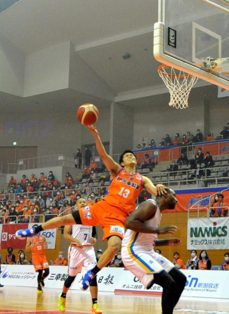 ポイントガードの柏倉哲平が相手のファウルを受け、体勢を崩しながらもシュートを決める=17日、新潟市東総合スポーツセンター