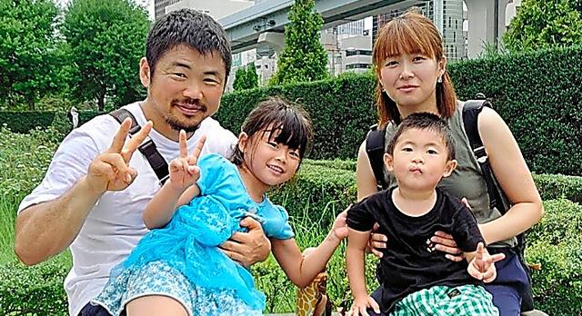 田中史朗さんの家族。右奥が妻の智美さん(C)Starview agency