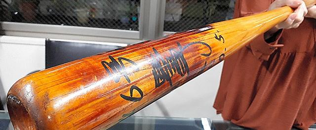 バットの長さは87.5センチ。重さ約1キロ。材料にはタモが使われたという