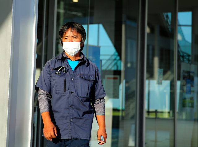 伝承館を後にする木村紀夫さん=2020年10月2日、福島県双葉町、三浦英之撮影