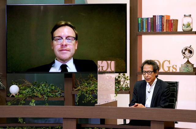 討論する姜尚中・東京大学名誉教授(右)とマルクス・ガブリエル独ボン大学教授=北村玲奈撮影
