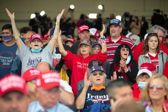 トランプ大統領の選挙集会で密集して並ぶ支持者たち。多くはマスクを着けていない=2020年9月10日、ミシガン州フリーランド、ランハム裕子撮影