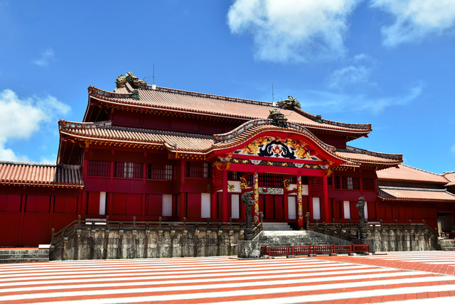 火災で焼失する前の首里城正殿。1945年の沖縄戦で破壊されたが、92年に極彩色の姿で復元された=昨年7月、那覇市