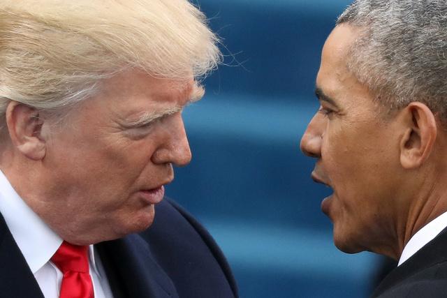 大統領就任式でトランプ氏(左)にあいさつをするオバマ氏=2017年1月20日、ロイター