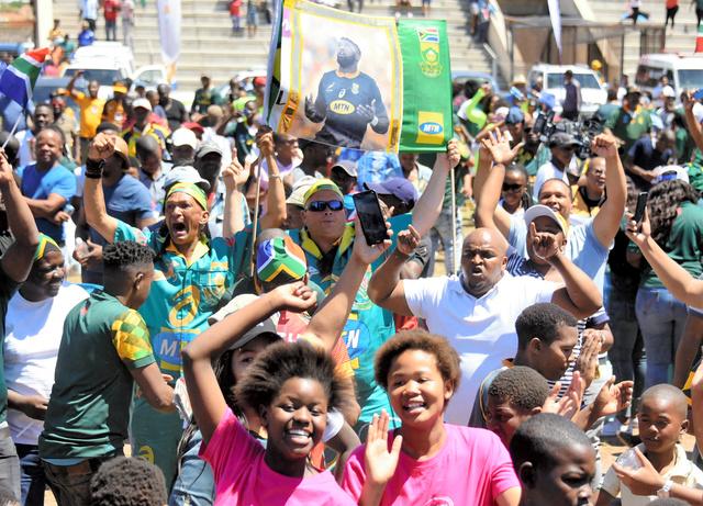 南アフリカ南部のポートエリザベス近郊で2019年11月2日、代表チームのラグビー・ワールドカップ優勝を喜ぶ人たち=石原孝撮影