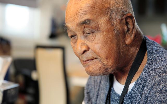 故郷を離れて生きる苦悩を語る今野洋一さん=2020年10月、福島県須賀川市、三浦英之撮影