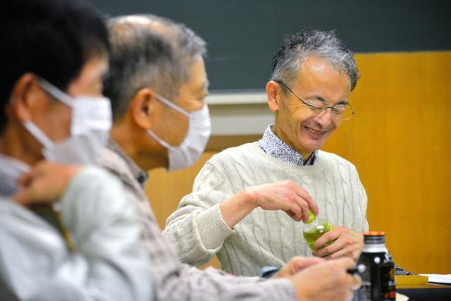鳴瀬サロンの世話役は高橋明さん(右奥)が務める=2020年10月、仙台市青葉区、石橋英昭撮影