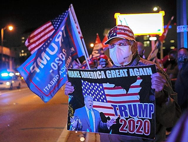 3日、フロリダ州マイアミのキューバレストランの前に集まるトランプ氏の支持者ら=AFP時事