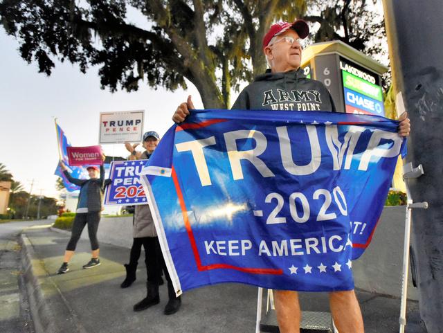 フロリダ州ジャクソンビルで3日、トランプ氏の名が書かれた旗を持つ支持者。地元メディア提供=AP