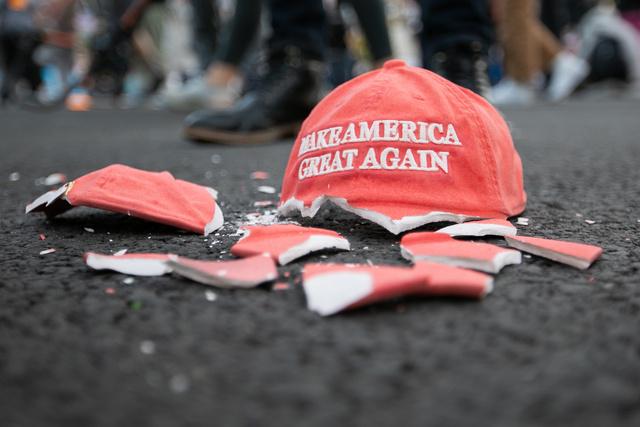 「米国を再び偉大に」というトランプ大統領のスローガンが書かれた陶器の帽子がホワイトハウス前で割られていた=3日午後、ワシントン、ランハム裕子撮影