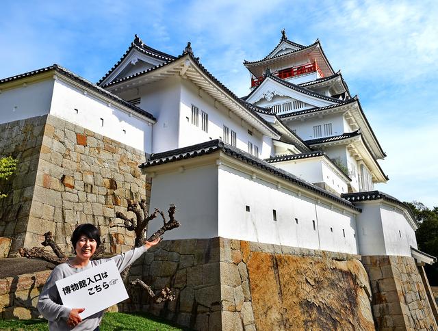 お城のような大阪青山歴史文学博物館。「細部までこだわっています。天守閣から見える風景もキレイ」と大阪青山大学職員の松岡沙奈さん=兵庫県川西市、滝沢美穂子撮影