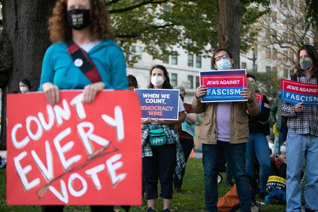 4日、ホワイトハウス周辺で行われた全ての投票の集計を訴える集会に参加する人たち=ワシントン、ランハム裕子撮影