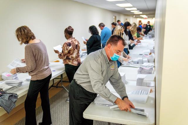 ペンシルベニア州ビーバーで4日、票の集計作業の準備をする人たち。ピッツバーグ・トリビューン・ポスト・ガゼット提供=AP