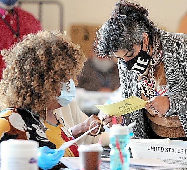 米ジョージア州アトランタで5日、票の集計作業にあたる開票所スタッフ=AFP時事