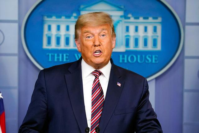 5日、ホワイトハウスで会見するトランプ米大統領=AP