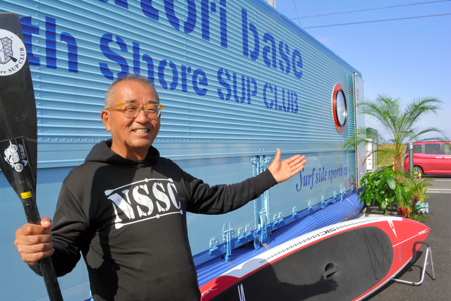 白土栄一さんと、SUPの拠点「S..Natori base」=2020年10月29日午後0時18分、宮城県名取市閖上、石橋英昭撮影