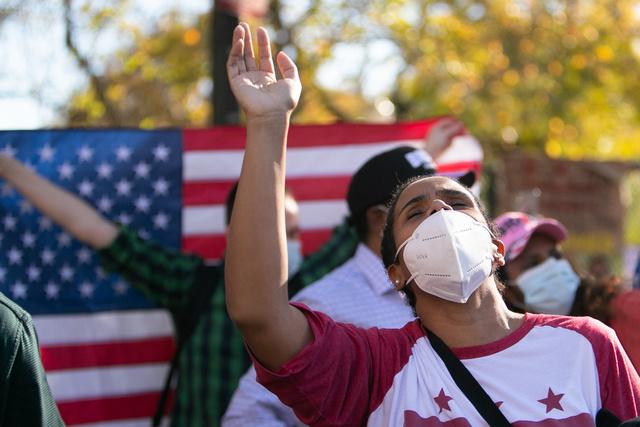 7日、ホワイトハウス周辺でバイデン氏の勝利を祝う人たち=ワシントン、ランハム裕子撮影