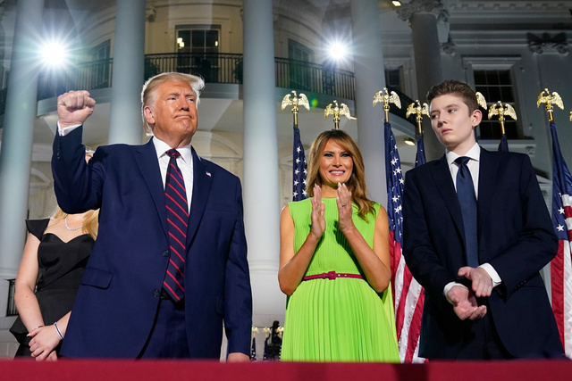 米ホワイトハウスで8月27日、共和党全国大会に参加したトランプ大統領とメラニア夫人(中央)、息子のバロン君(右)=AP