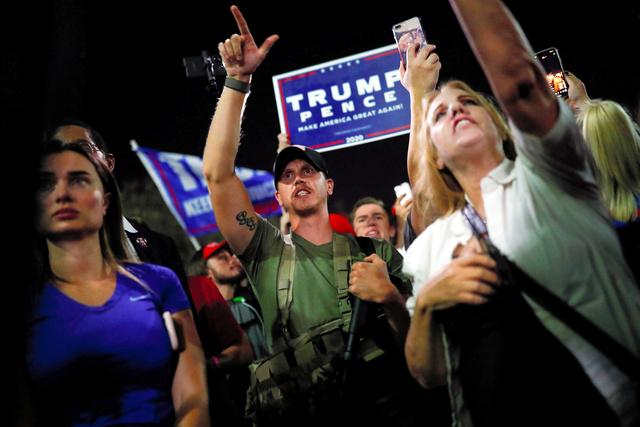 米アリゾナ州のマリコパ郡の開票所前で4日、抗議活動をするトランプ氏の支持者ら=ロイター