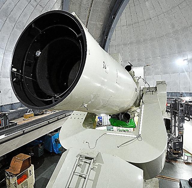 高感度動画カメラ「トモエゴゼン」を取り付けた東京大木曽観測所の105センチシュミット望遠鏡=長野県木曽町