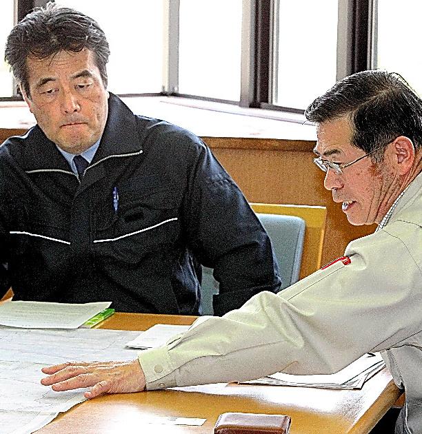 全村避難を前に、民主党の岡田克也幹事長(左、当時)と会談する菅野典雄氏。特別養護老人ホームの高齢者らは避難対象から外すよう訴えた=2011年5月8日、福島県飯舘村役場
